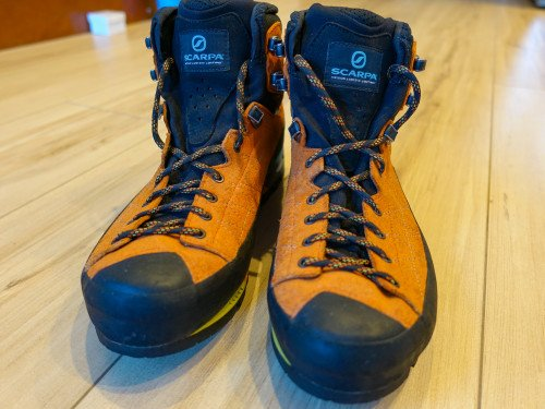 Lightweight mountaineering boot