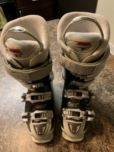 Ski boots that are in great condition, almost new