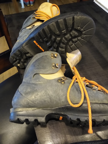 Ice climbing boots